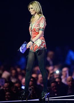Vestindo uma roupa do próprio Bowie, a modelo Kate Moss (foto) recebeu o prêmio no lugar do astro, que não compareceu ao evento