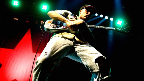 TOM-MORELLO-PLAYING-THE-ARM-THE-HOMELESS