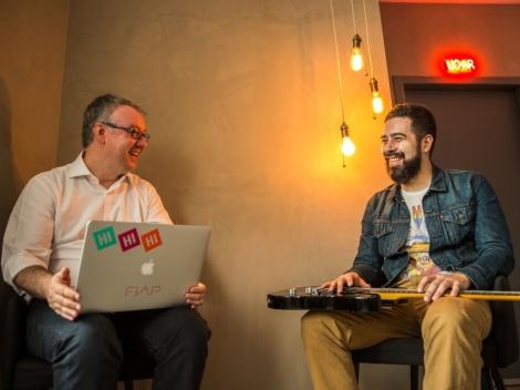 Os jornalistas Daniel Fernandes e Marco Bezzi, autores do livro Como o Rock Pode Ajudar Você a Empreender (Foto: Divulgação)