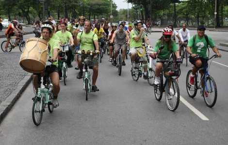 Grupo pedala pelas ruas do Rio de Janeiro enquanto toca (Foto: Divulgação)
