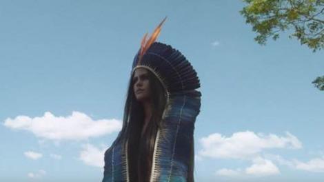 Cantora aparece caracterizada como índia no clipe de A Santa Maquina (Foto: Reprodução)